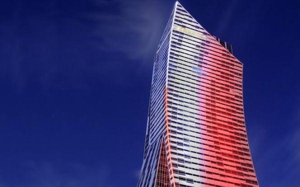 ZŁOTA 44 przekazuje urządzenie do pomiaru temperatury i podświetla fasadę wieżowca